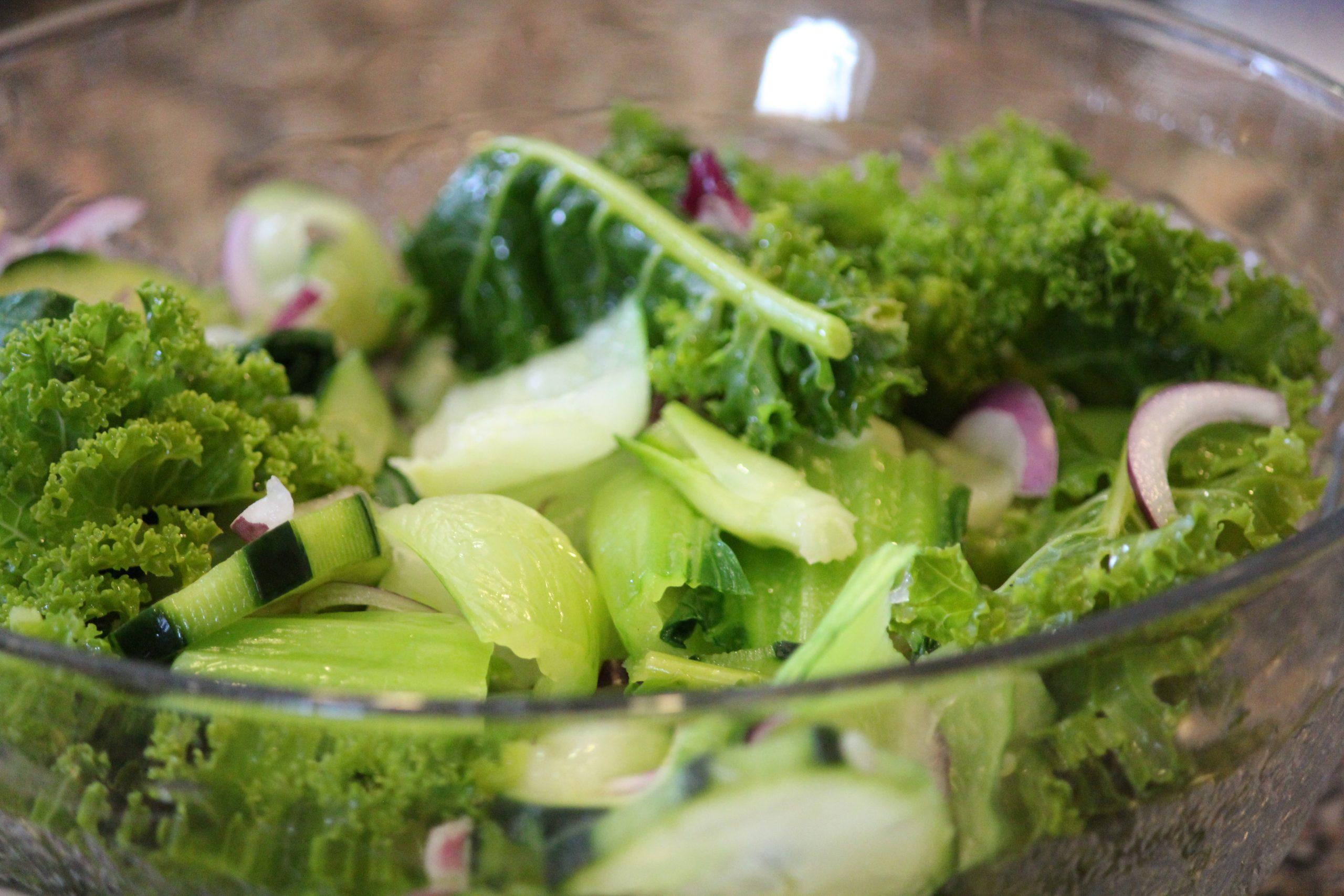 Salada de couve galega com pickles de pepino - Mil Grãos