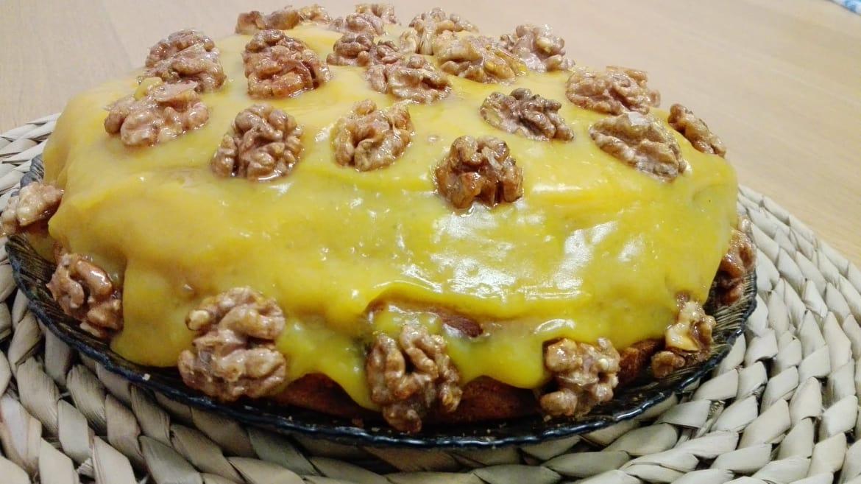 """Bolo de canela com cobertura de """"ovos moles"""" vegan e sem açúcar - Mil Grãos"""